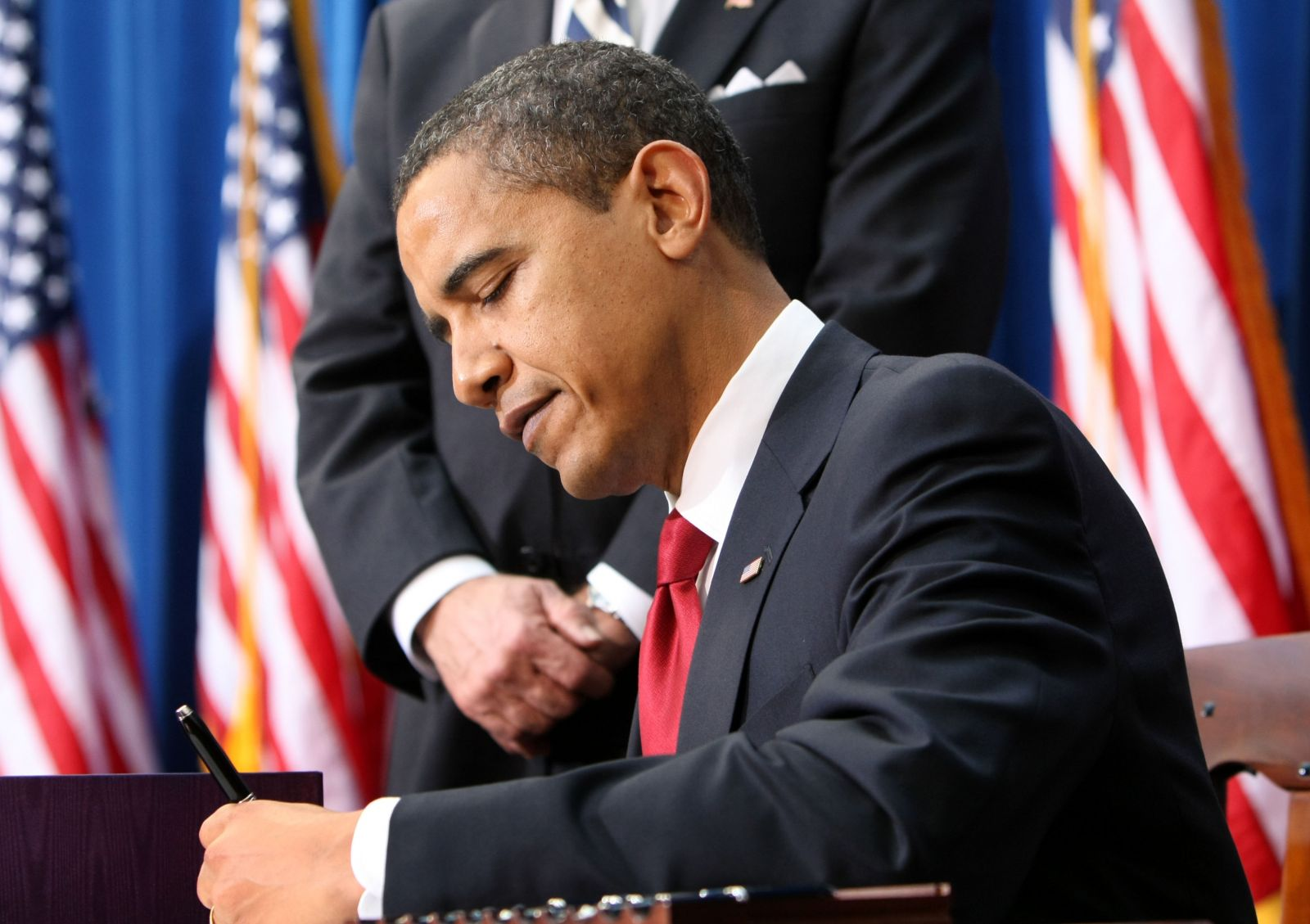Obama signs executive order to reduce federal GHG emissions